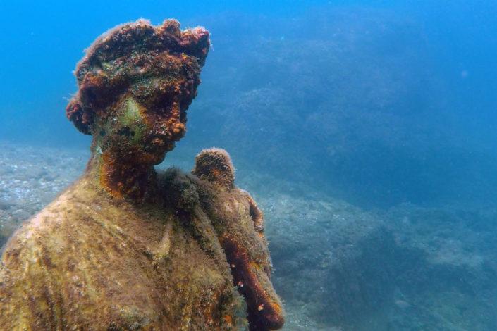 Underwater statue)