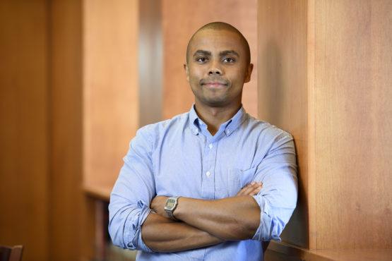 O psicólogo de Stanford identifica sete fatores que contribuem para o racismo americano.